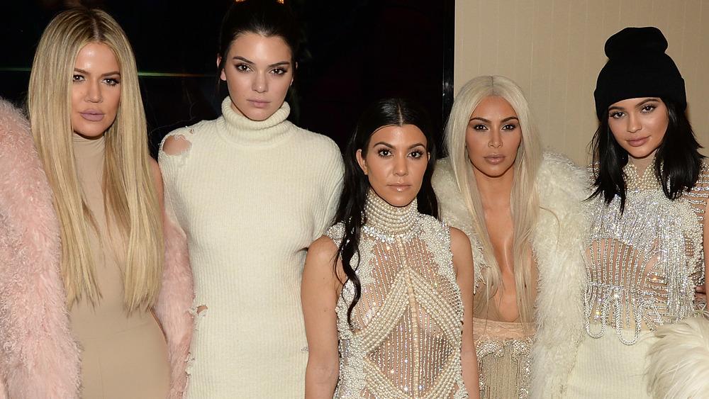 Khloe Kardashian, Kendall Jenner, Kourtney Kardashian, Kim Kardashian, Kendall Jenner pose.