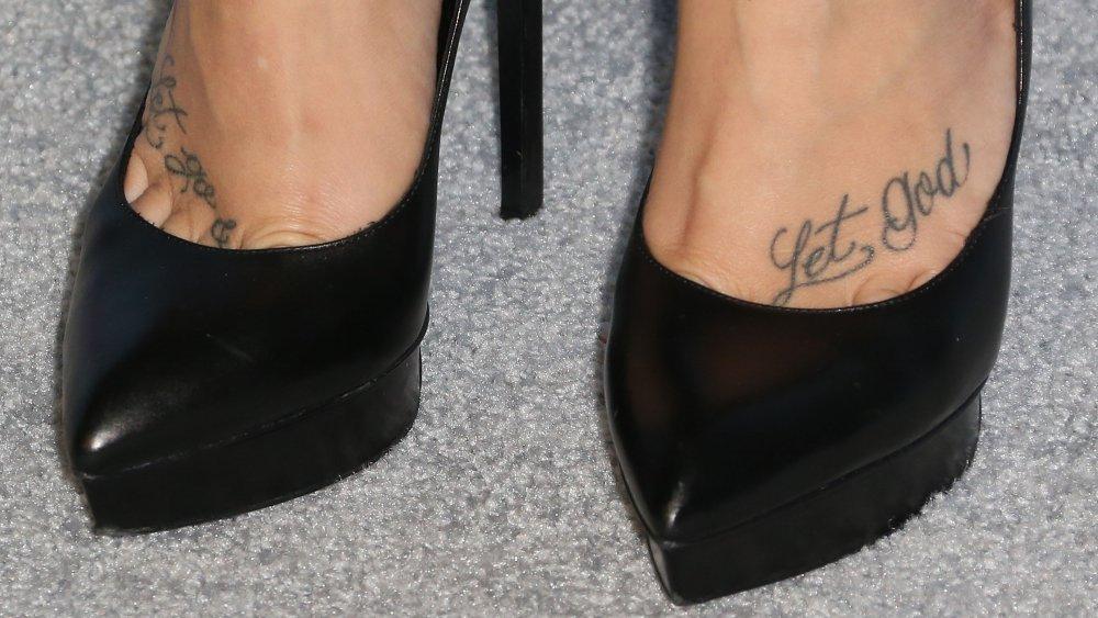 Pés de Demi Lovati mostrando suas tatuagens
