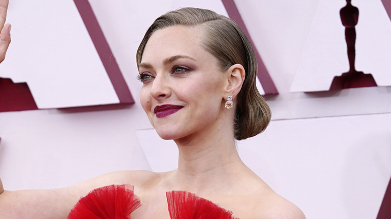 Amanda Seyfried waving at Oscars pre-show