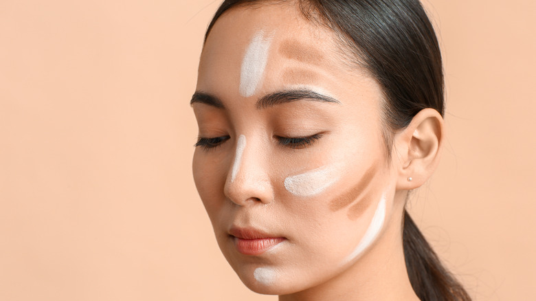 woman contouring her face