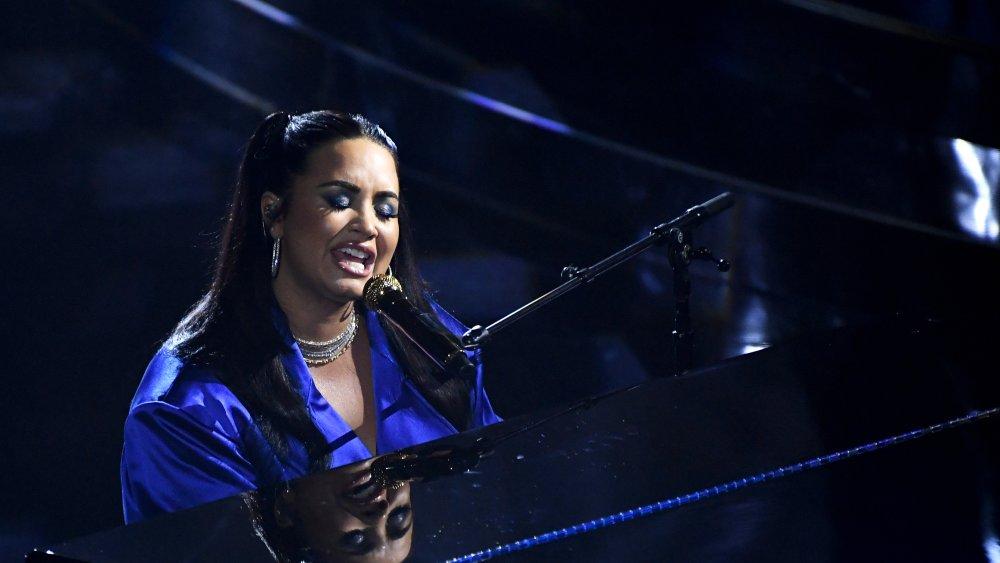 Demi Lovato singing Commander in Chief