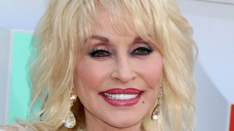 Dolly Parton, red carpet