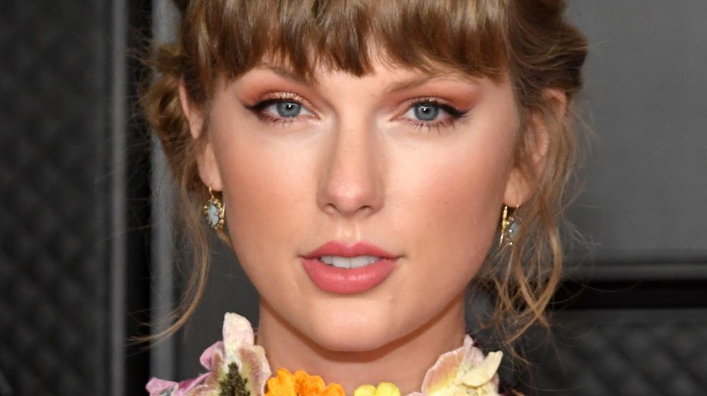 Taylor Swift posing at Grammys