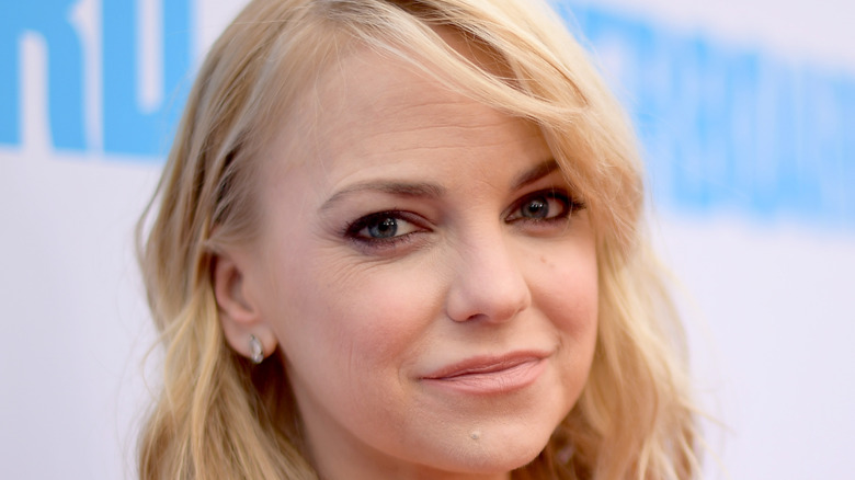 Anna Faris poses on the red carpet