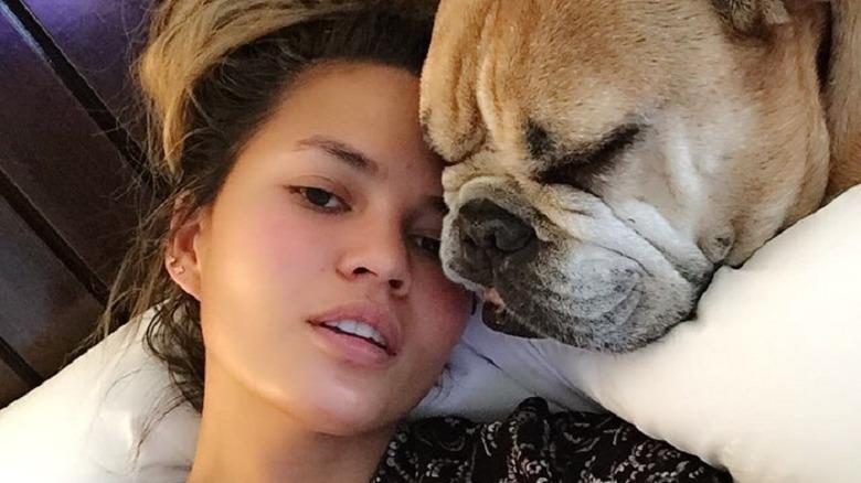 Chrissy Teigen no makeup dog