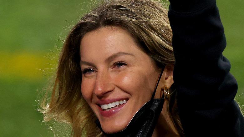 Gisele Bündchen smiling and waving