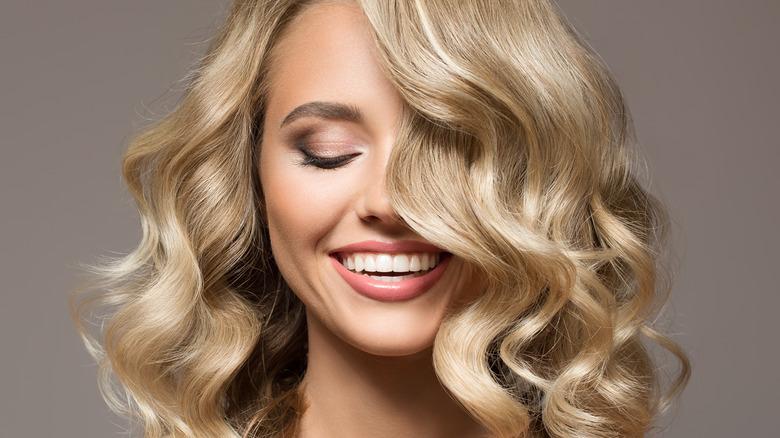 hair trend of blonde curled hair