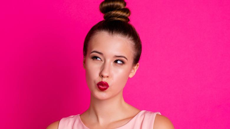 Model with high bun, a hair trend