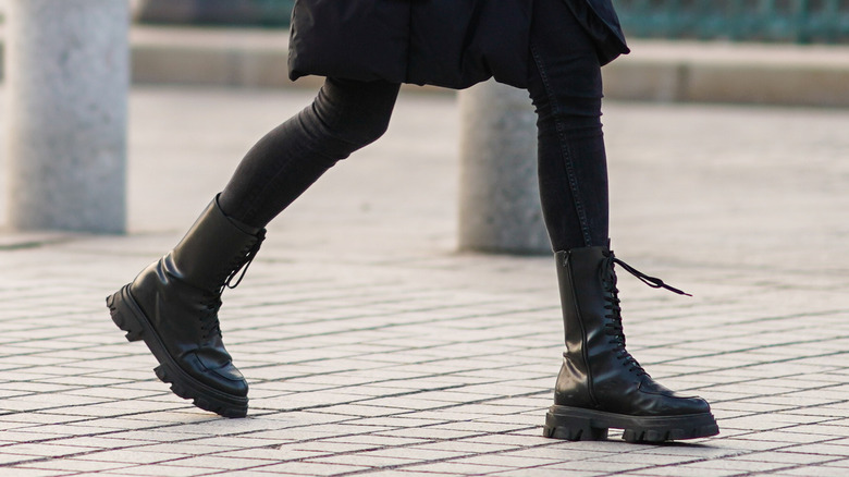 leggings with black boots