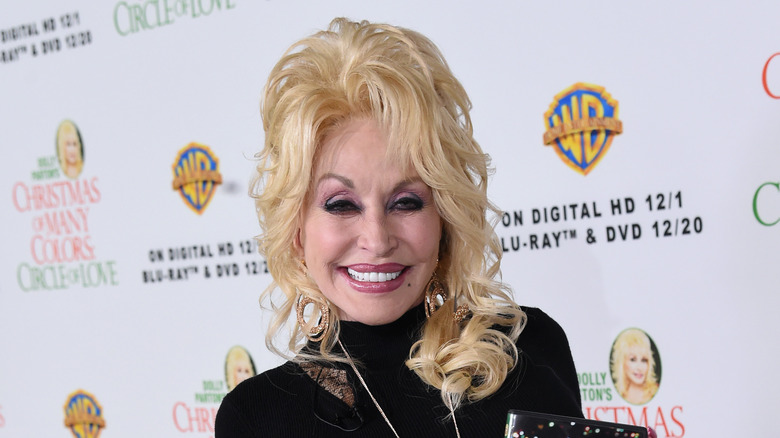Country singer Dolly Parton posing at her movie premier