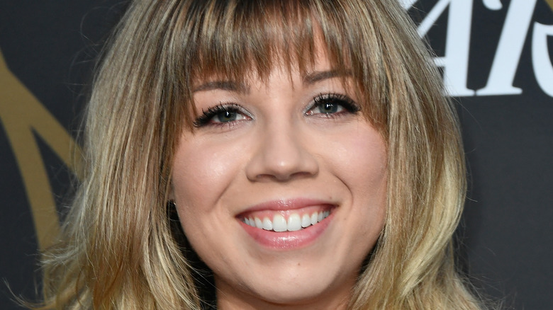 Jennette McCurdy smiling on the red carpet