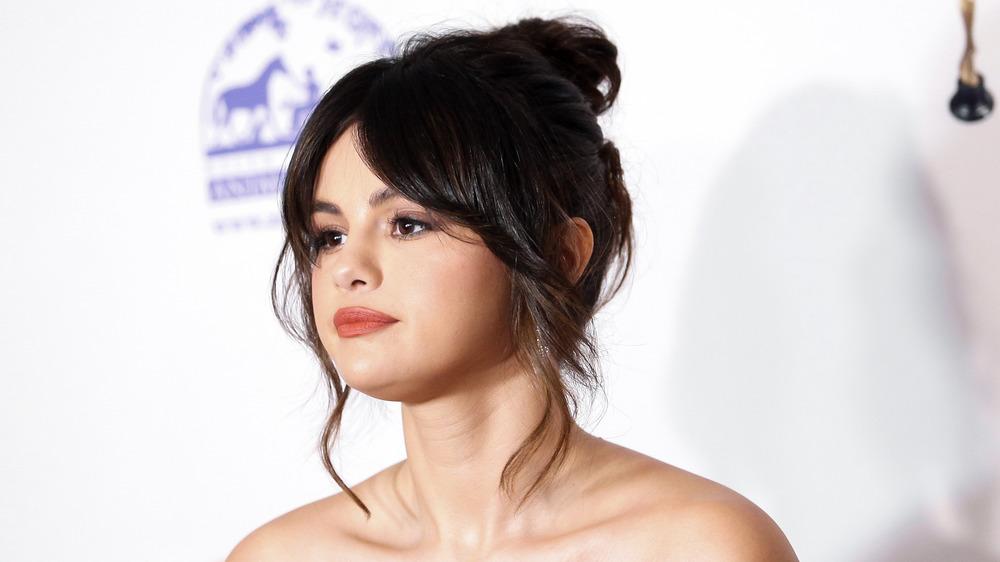 Selena Gomez poses on the red carpet
