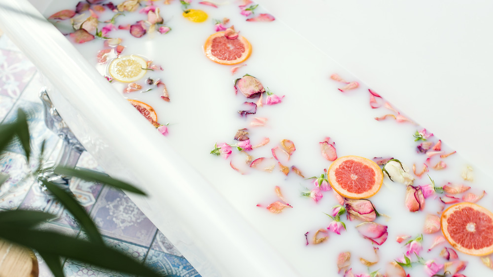 Citrus bath with grapefruit pieces
