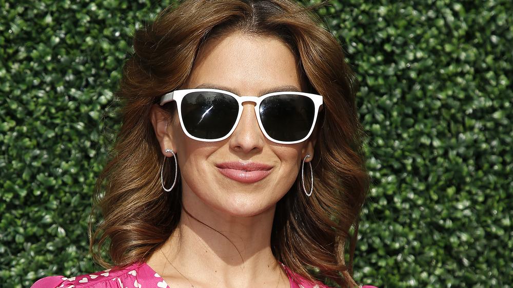 Hilaria Baldwin wears sunglasses