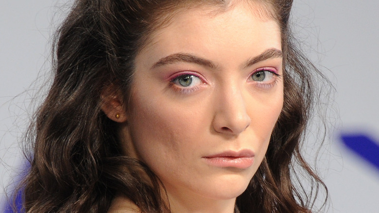 Lorde poses on the red carpet