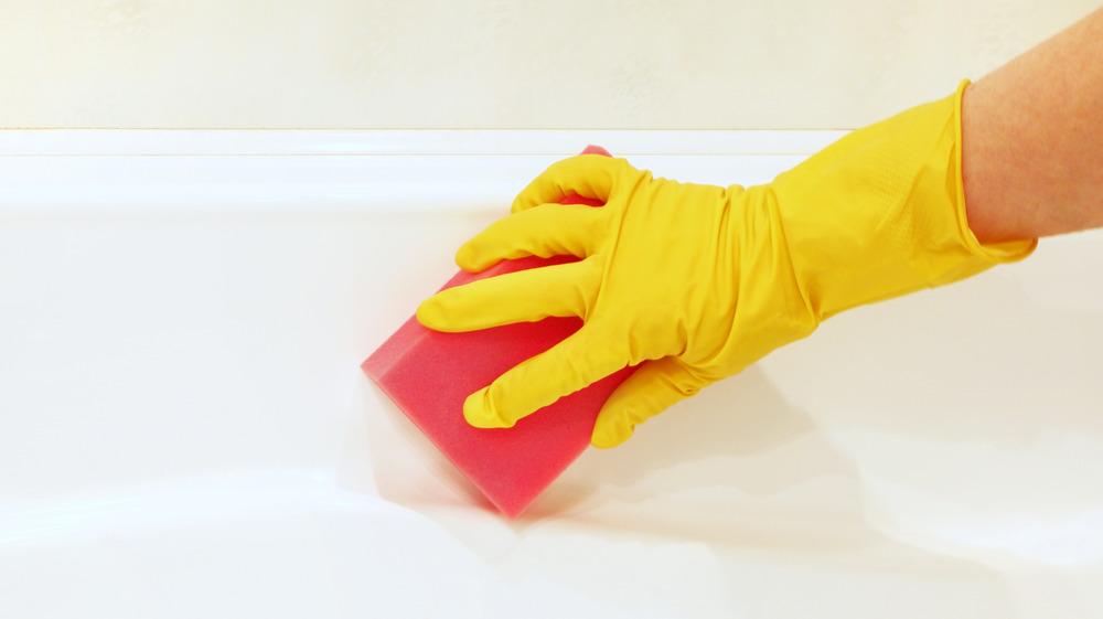 woman clean bathtub
