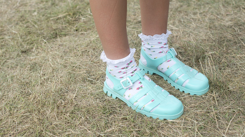Woman wearing mint-colored JuJu jelly shoes