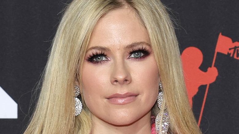 Avril Lavigne posing