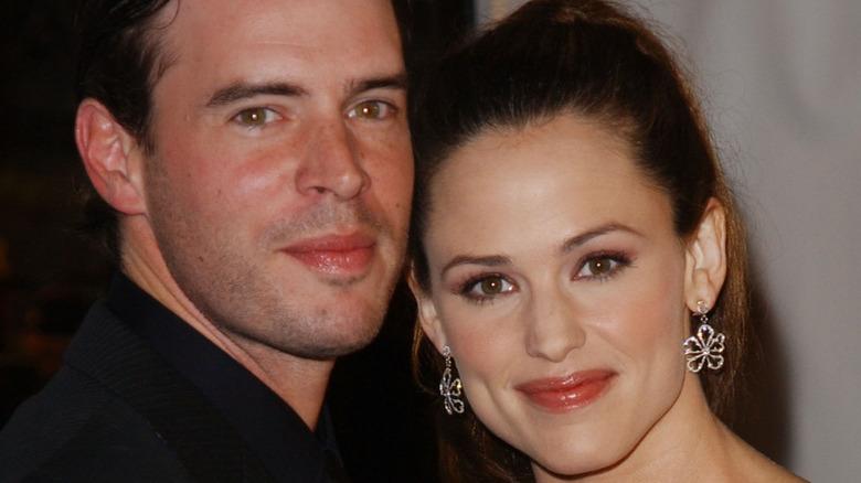 Scott Foley and Jennifer Garner smiling on the red carpet.