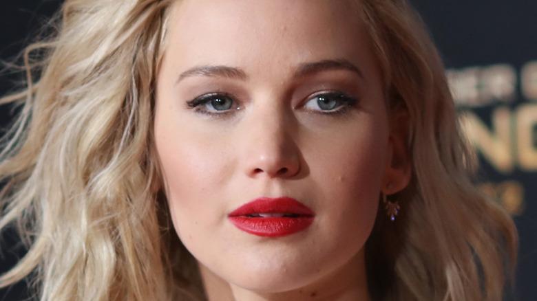 Jennifer Lawrence poses on the red carpet