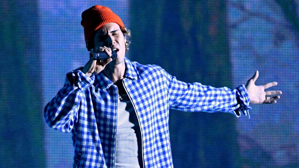 Red beanie Justin Bieber performing