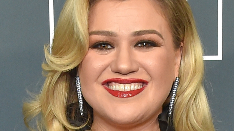 Kelly Clarkson smiling on the red carpet.