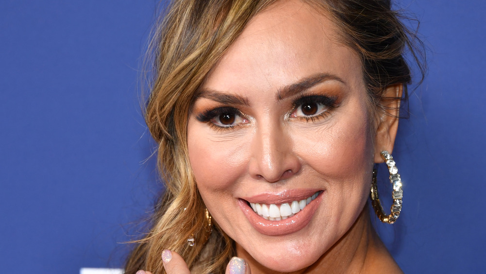 Kelly Dodd smiling on the red carpet