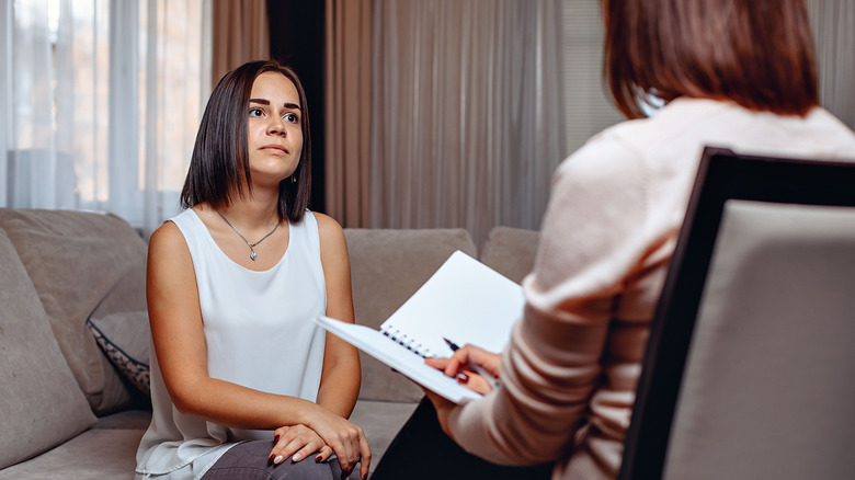 Woman sitting with a psychologist