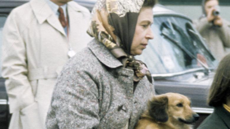 File: Queen Elizabeth carrying dog