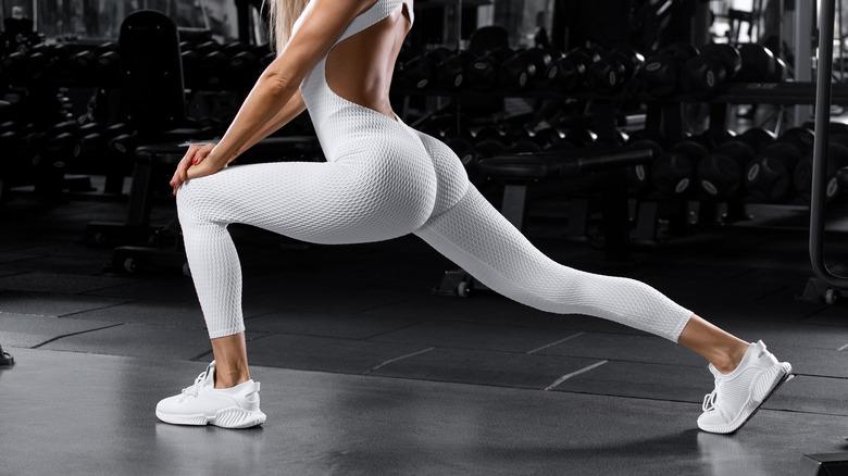 Woman wearing leggings gym