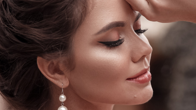 Woman with a diamond face shape and round earrings