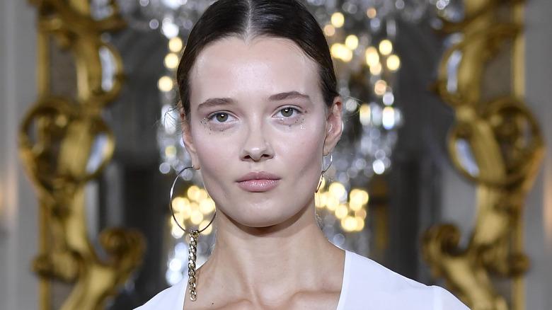 2020 runway model showing off a makeup trend