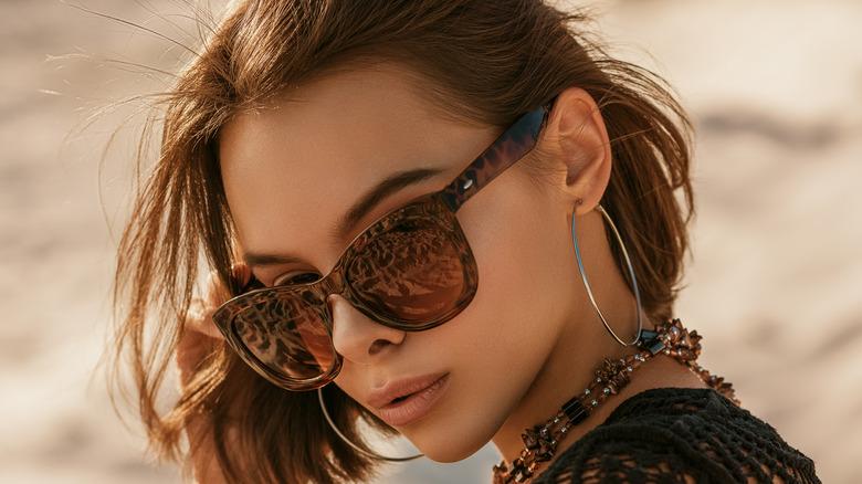 Woman with big sunglasses