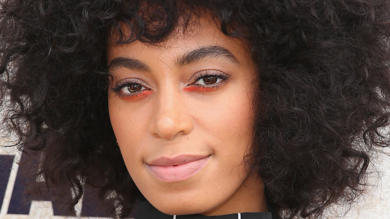 Solange poses on the red carpet