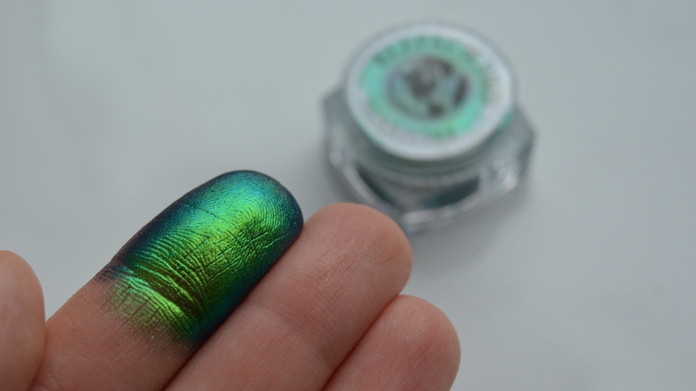 A blue to green to gold shifting multichrome eye pigment