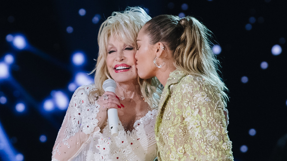 Miley Cyrus kissing Dolly Parton
