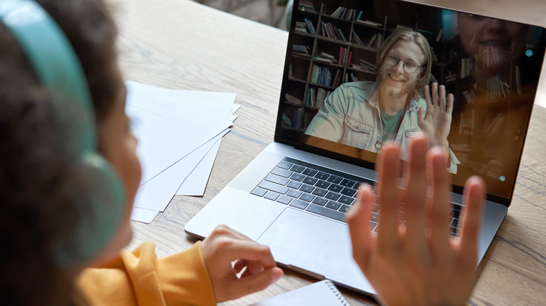 child doing online learning