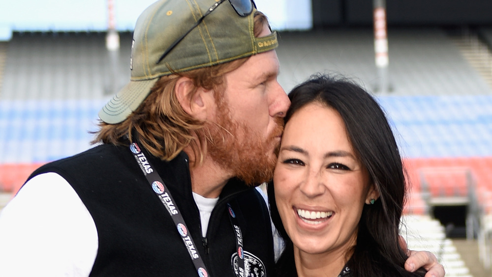 Chip Gaines kissing Joanna Gaines' forehead