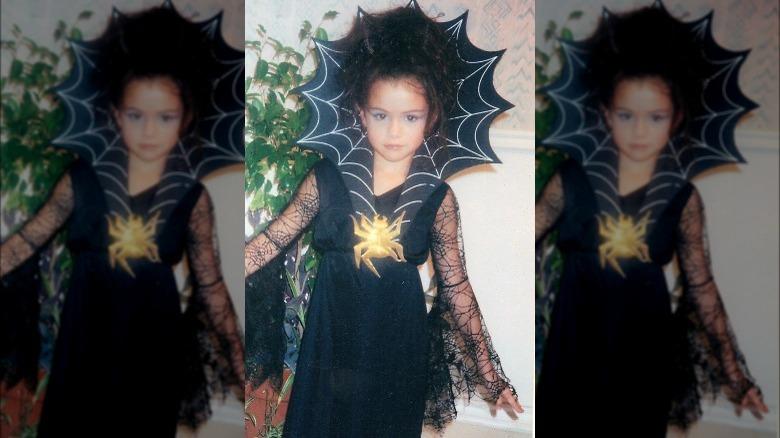 jovem Selena Gomez no Halloween