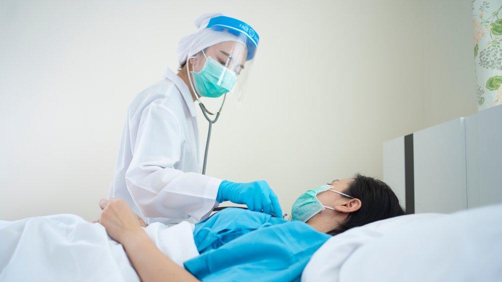 doctor treating coronavirus patient