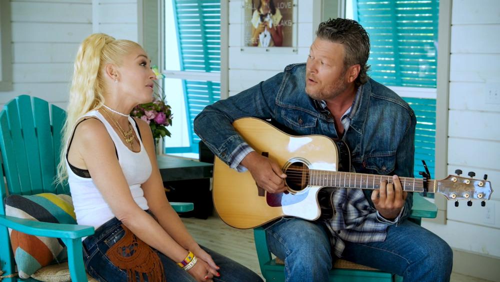 Gwen Stefani and Blake Shelton singing with guitar