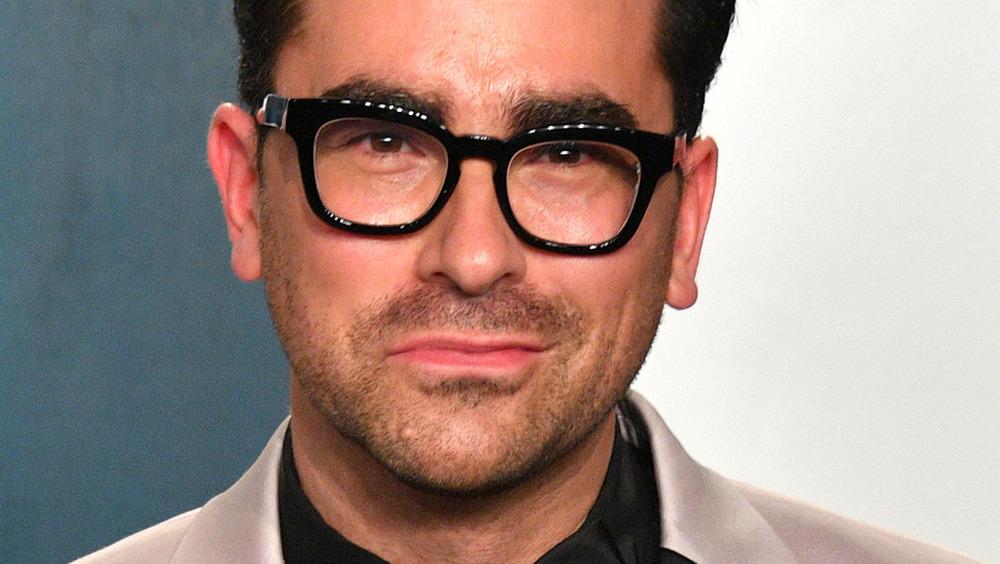 Dan Levy smirking at the 2020 Vanity Fair Oscar party