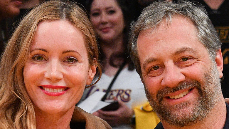 Leslie Mann and Judd Apatow pose at a basketball event