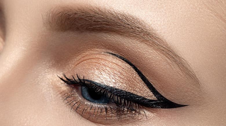 Graphic eyeliner detail