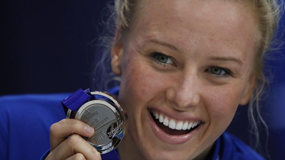 Jessica Long holding her medal