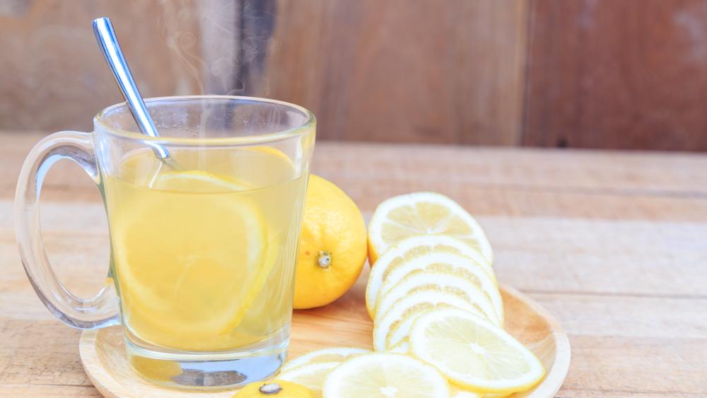 Hot lemon water with lemon slices