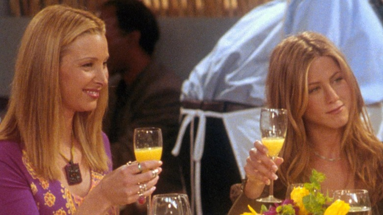 """Lisa Kudrow and Jennifer Aniston during an episode of """"FRIENDS"""""""