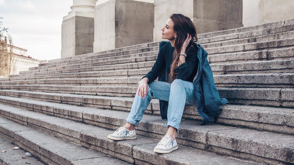 Woman wearing boyfriend jeans
