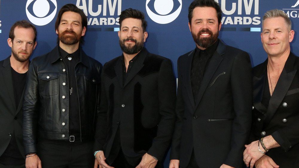 Old Dominion posing for cameras