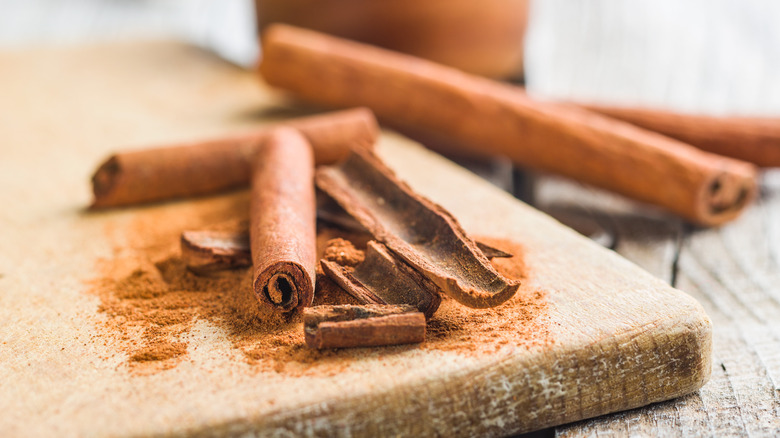 Cinnamon in stick and powder forms